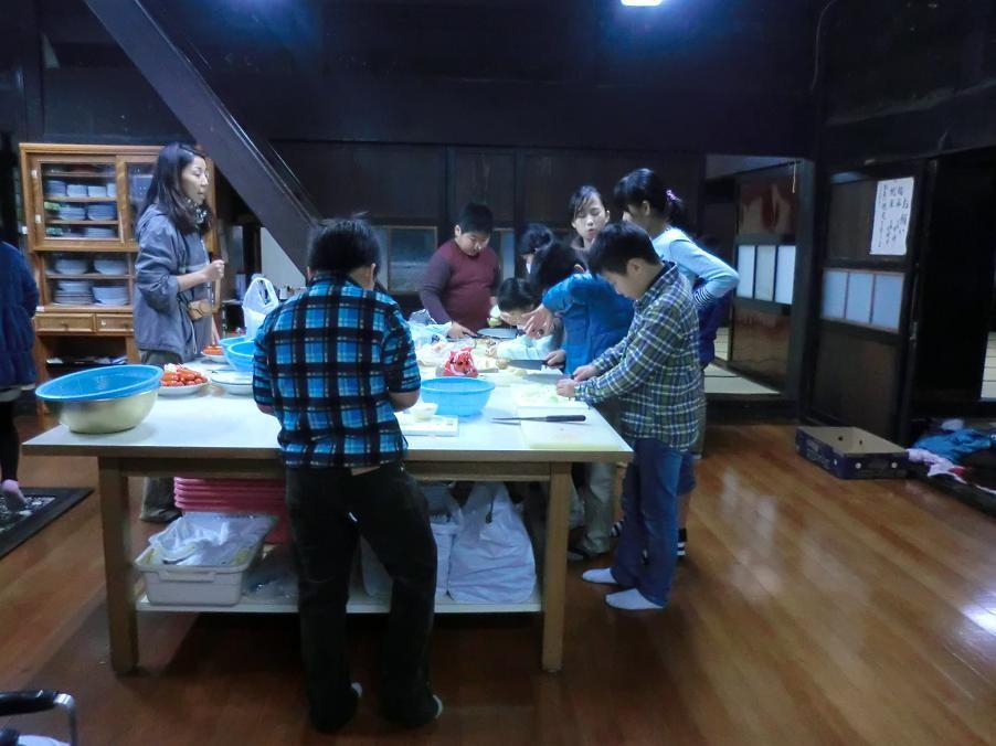 小学生たちの古民家でのスローライフ体験