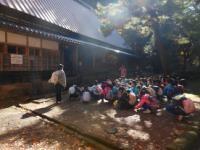 校外学習で山本家の歴史等説明に聞き入る小学生たち
