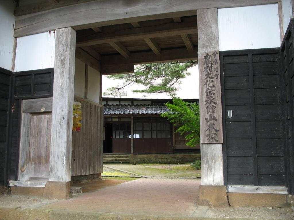 山本家への入り口(納屋門)。宇奈月町中谷に位置し、重圧な白壁と黒の垣板の門です