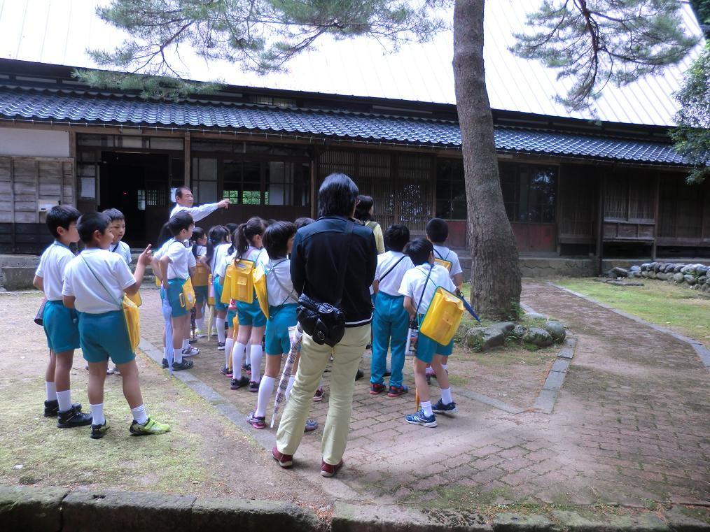 小学生たちの校外学習(農村生活の体験学習)