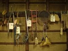 建物の2階には、古い農作業用具や古文書、壺等を展示しています