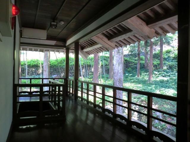 2階の廊下からの外の眺望は木立や山野草が広がり、素敵な静寂空間が味わえます
