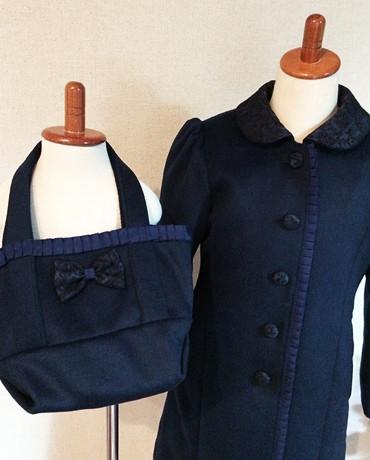 コートと手提げバッグの写真