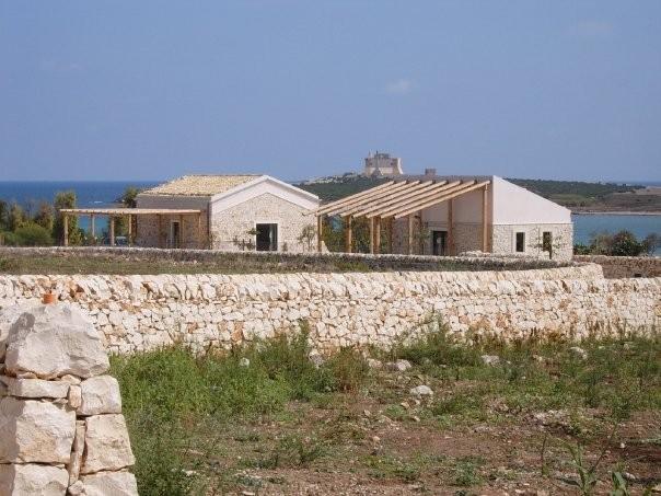 costruzioni nella zona archeologica di Portopalo adiacente all'area Cicogna