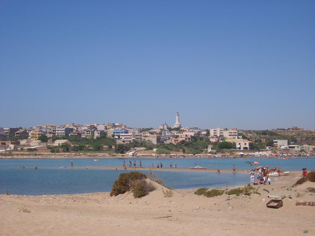 Portopalo vista dalla spiaggia dell'isola di Capo Passero