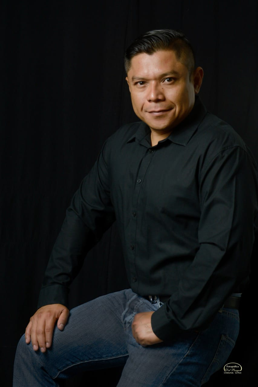 Chetumaleño con una destacada trayectoria académica y profesional.