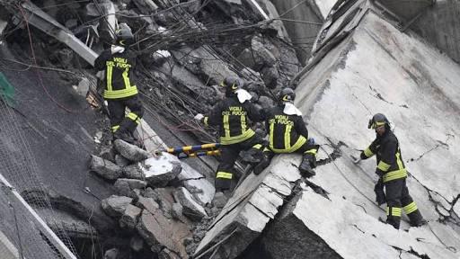 Cuerpos de emergencia buscando sobrevivientes entre los escombros