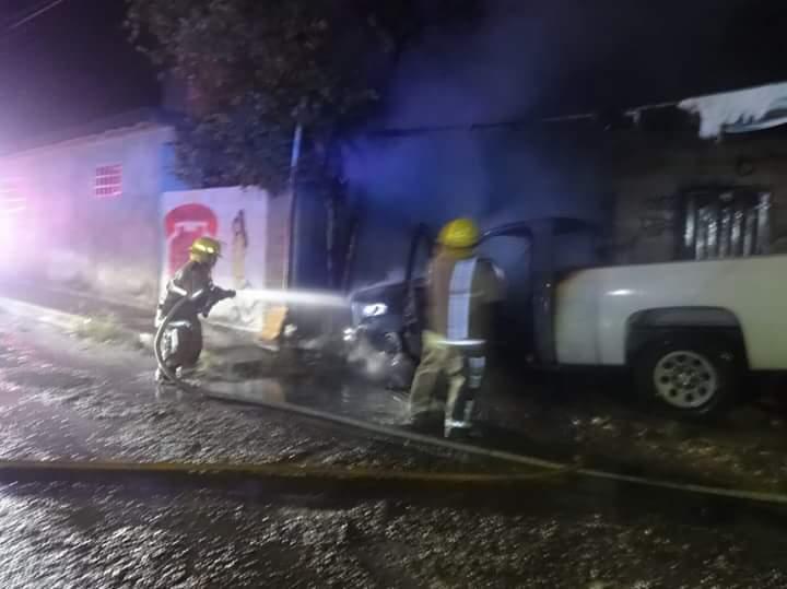 La camioneta fue consumida por la llamas
