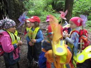 Die Kinder mit ihren selbst gemachten Windrädli