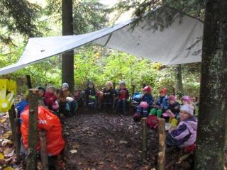 Eine Regen-Plache schützt uns auf dem Waldsofa