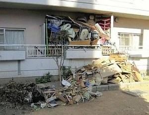 ゴミが溢れ返りベランダから出ている状況。近隣の住人にも迷惑です。