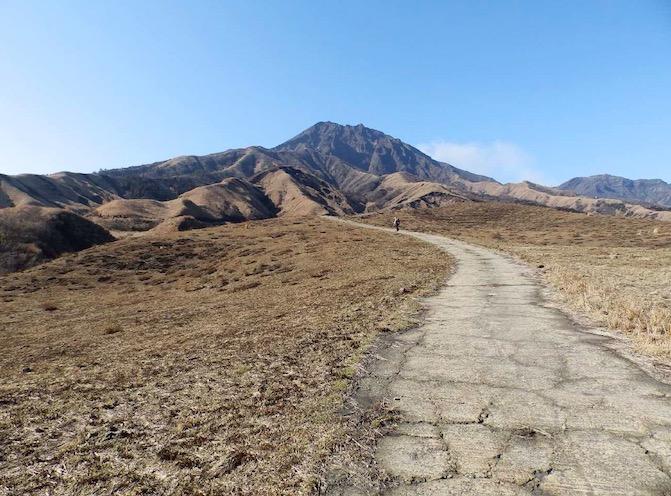 コンクリート舗装された牧道を歩く