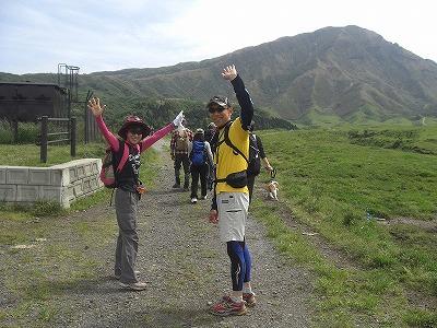 途中牧場の中を通。後の山が烏帽子岳
