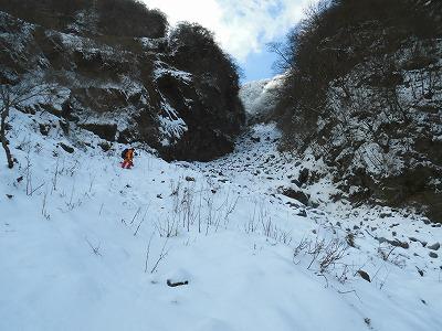 左側尾根から谷へ下り谷を登る