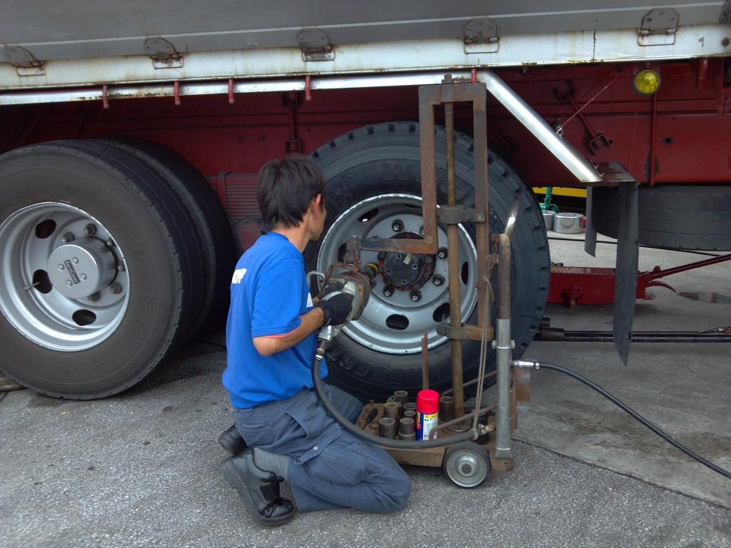大型車両のタイヤ交換・修理まで