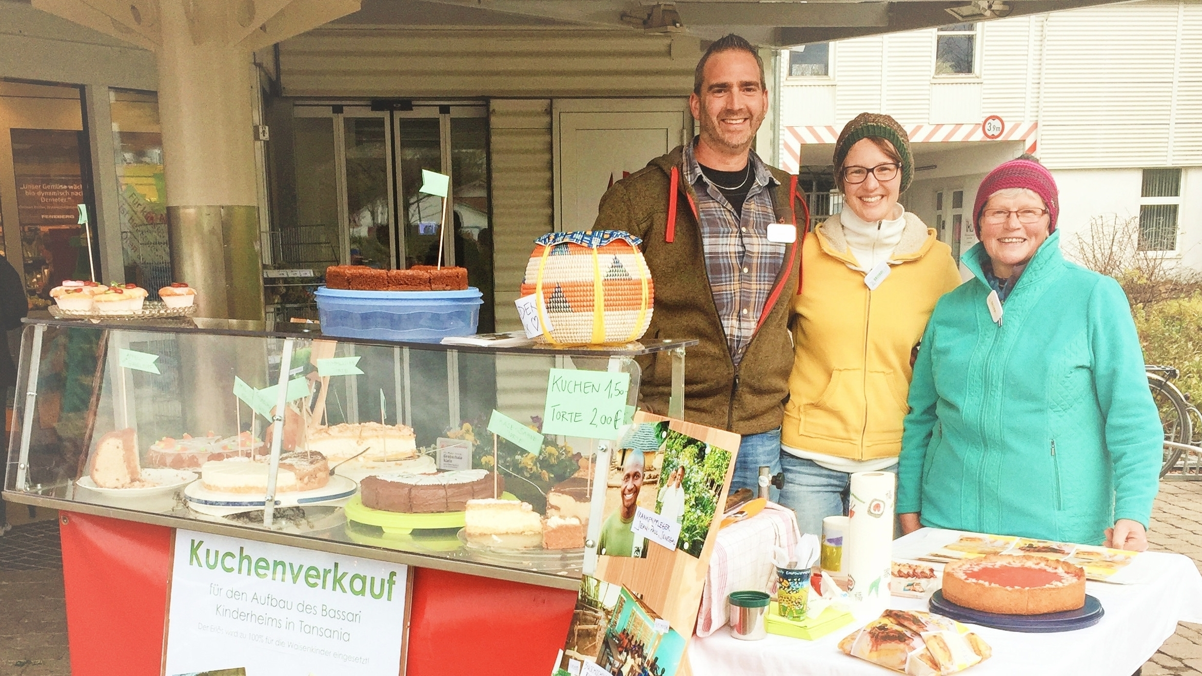 Kuchenverkauf in Kempten mit Peter, Yvonne und Martha