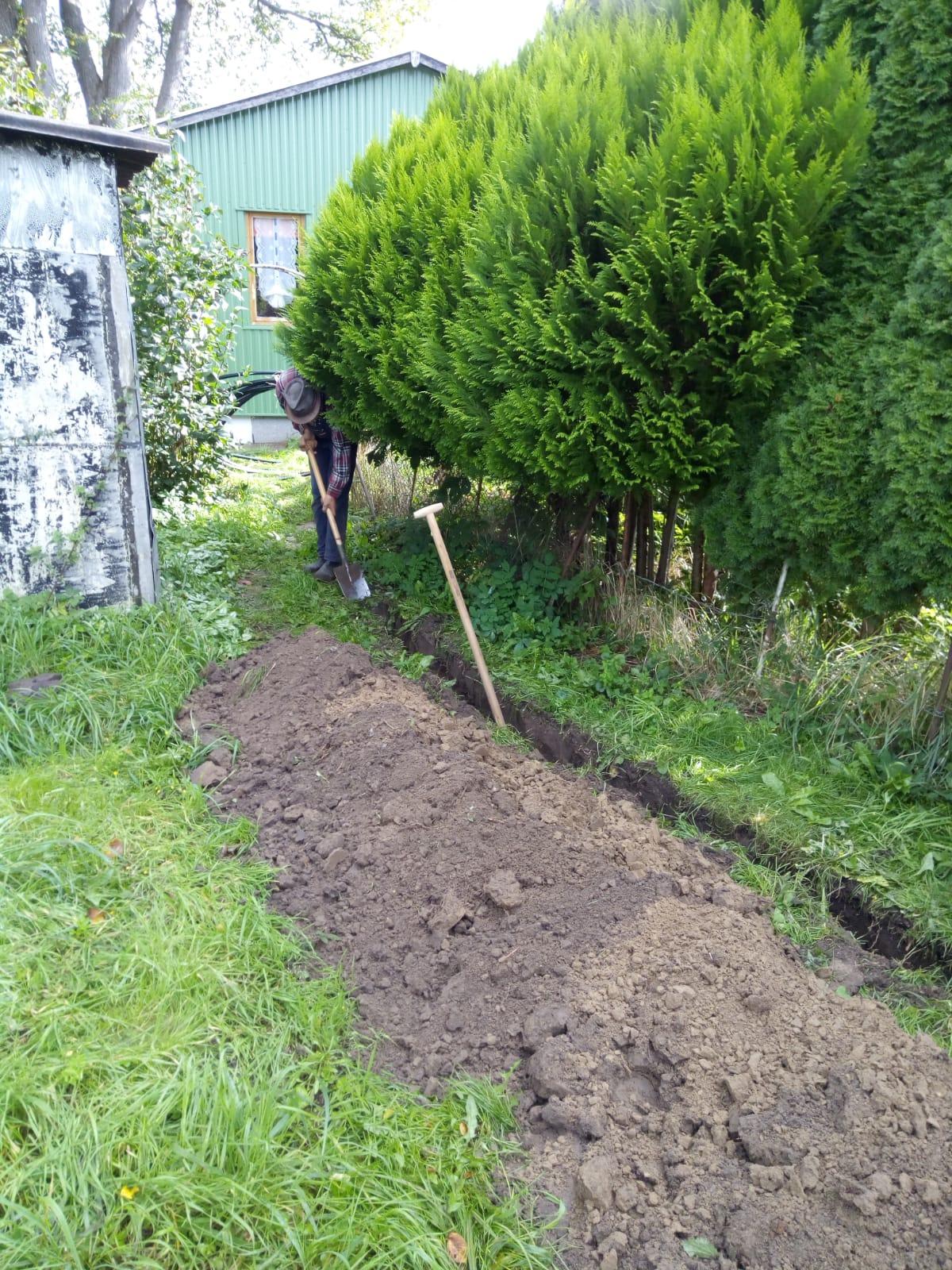 Arbeiten am Leck Wasserleitung im Garten 23