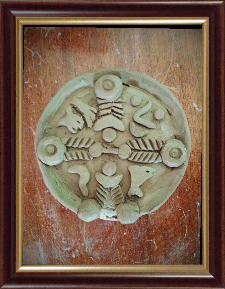 Reconstruction temple gaulois en forme de croix. Argile. The gaulish cross. Constellations serpe/chevelure/visage/dauphin. Soit un thème astral gaulois.