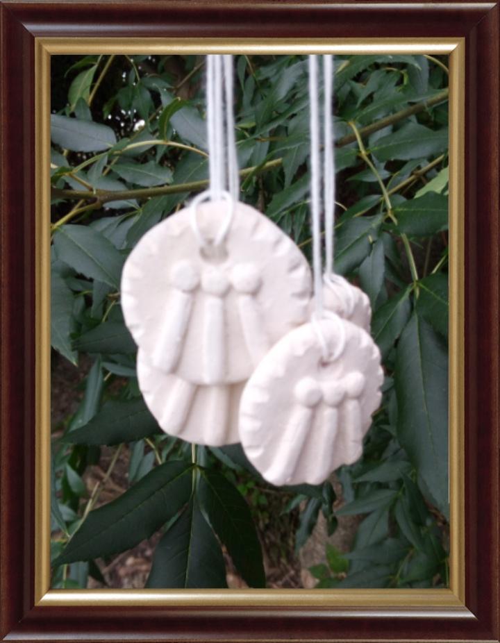 Petites pièces en porcelaine faciles à créer pour donner dans votre entourage où lors de vos manifestations publiques.