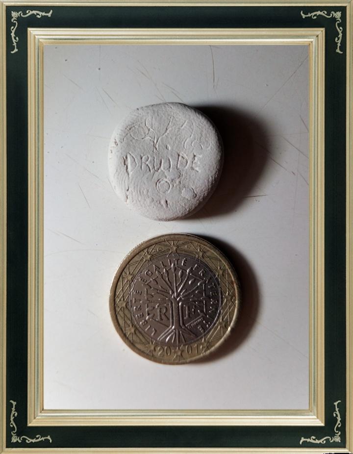 Avec un peu d'expérience, on peut atteindre le même niveau de détail qu'une pièce de monnaie, ceci sur de l'argile à porcelaine. Il existe un émail transparent qui préservera tous les détails après cuisson.