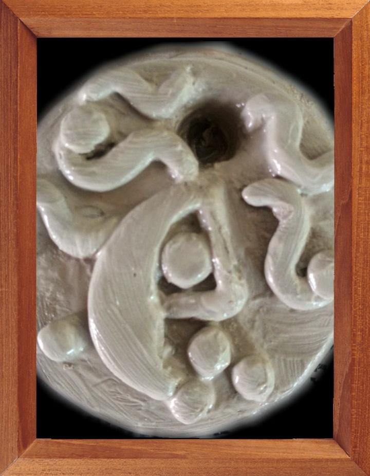 Porcelaine, argile blanche, très plastique, élastique, réagit vite à l'excédent d'eau. Ci-dessus une pièce encore unique. La lune avec son oeil (Oxouna) et les nuages qui lui servent de chevelure au milieu des étoiles. Avec le séchage, une première cuisson et l'application d'émaux basses températures cela devrait être très beau.