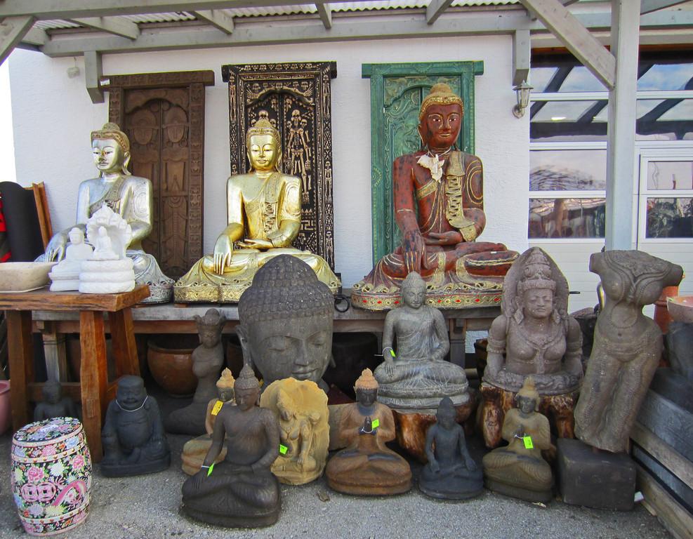 Buddhas aus Holz, Stein, Bronze