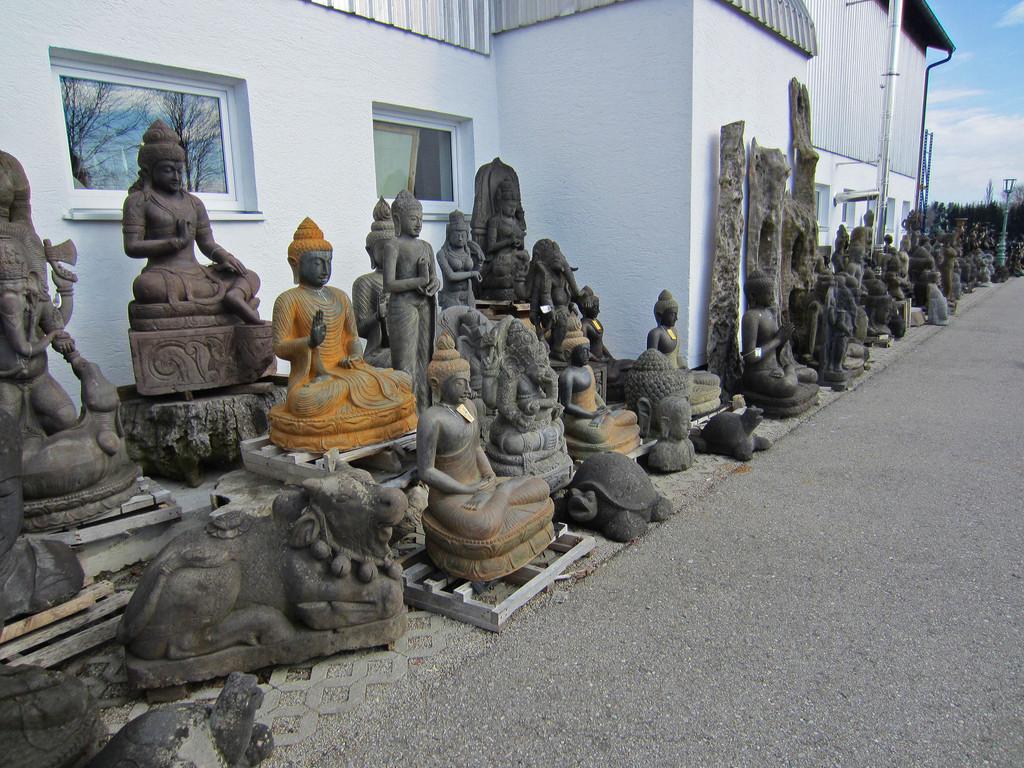 unglaubliche Auswahl an Steinbuddhas