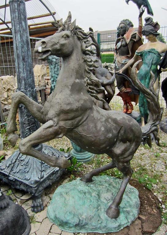 pferd springend skulptur garten gartenfigur