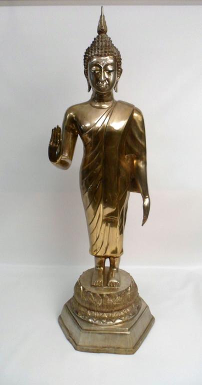 Schöner auf Sockel stehender Bronzebuddha, silber patiniert.