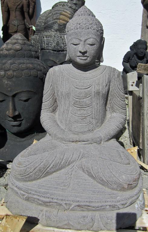 Der Buddha sitzt auf einem typisch buddhistischen Sockel und eignet sich ideal zur Dekoration ihres Gartens. Die Verarbeitung des Buddhas lässt die künstlerische Begabung des Schöpfers erkennen.