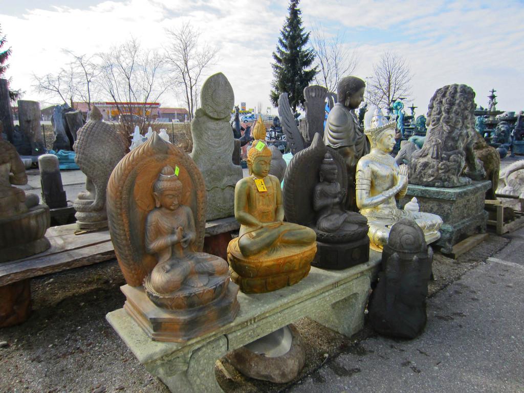 handgeschlagene Steinbuddhas