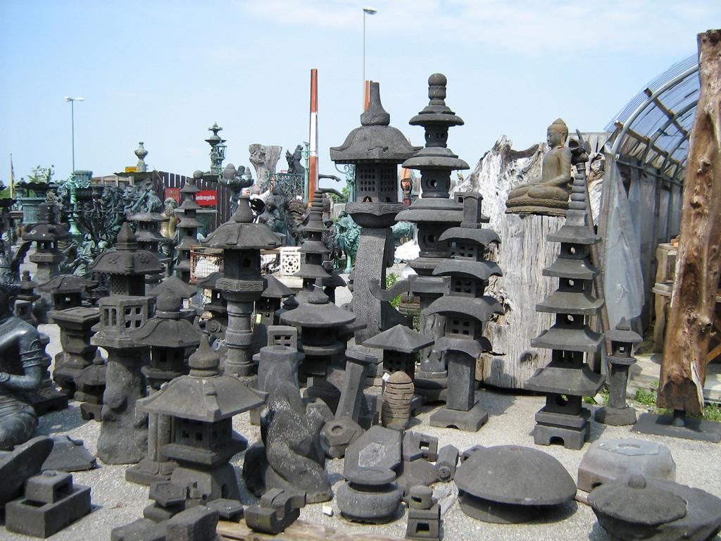 Steinlaternen und Pagoden
