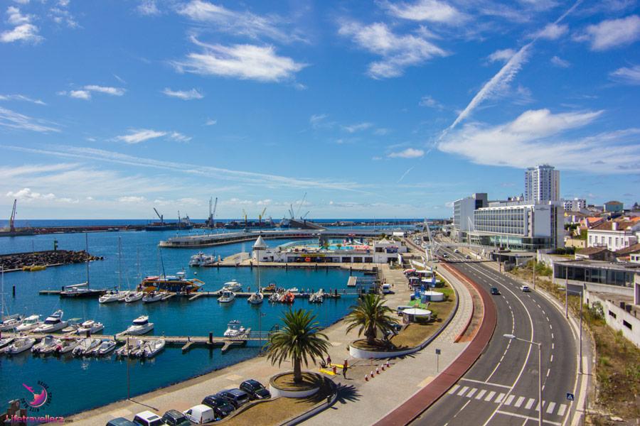 Reiseziele 2018: Blick auf den Hafen von Ponta Delgada