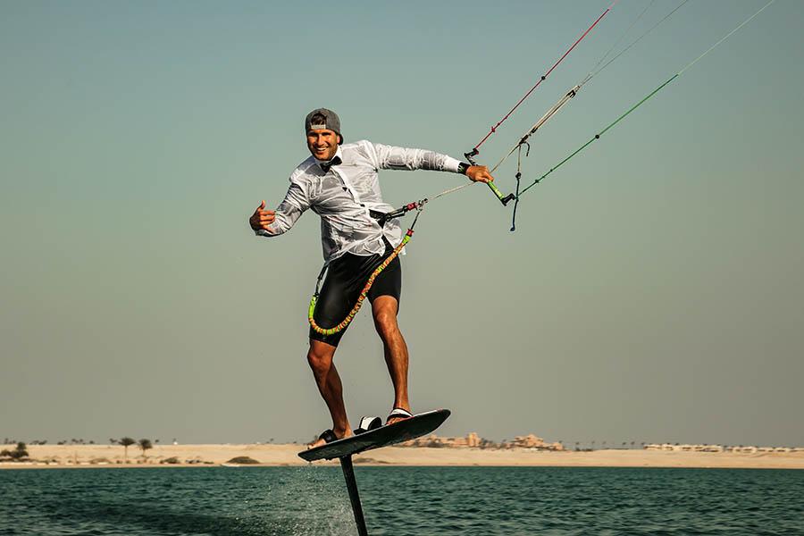 Pro Kitefoiler Florian Gruber mit Anzug auf dem Kitefoil
