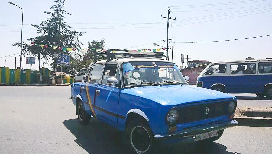 Straße von Addis Abeba mit alten Auto by Lifetravellerz