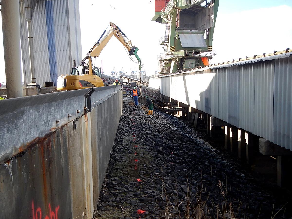 Bohrlochsondierungen in der Uferböschung entlang der Hochwasserschutz-Wand.