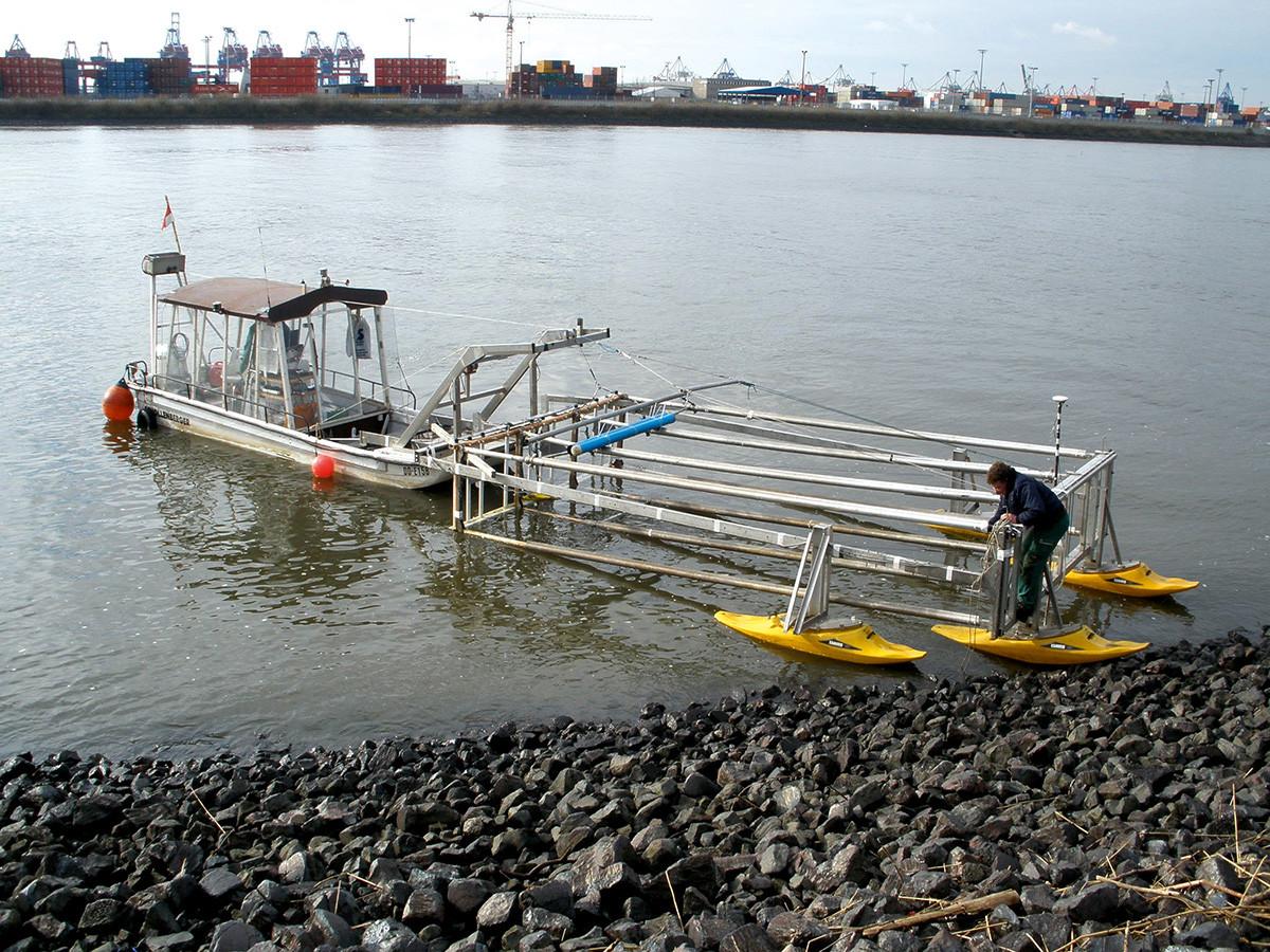 Magnetische Multisensor-Sondierung der Gewässersohle mittels Messboot.