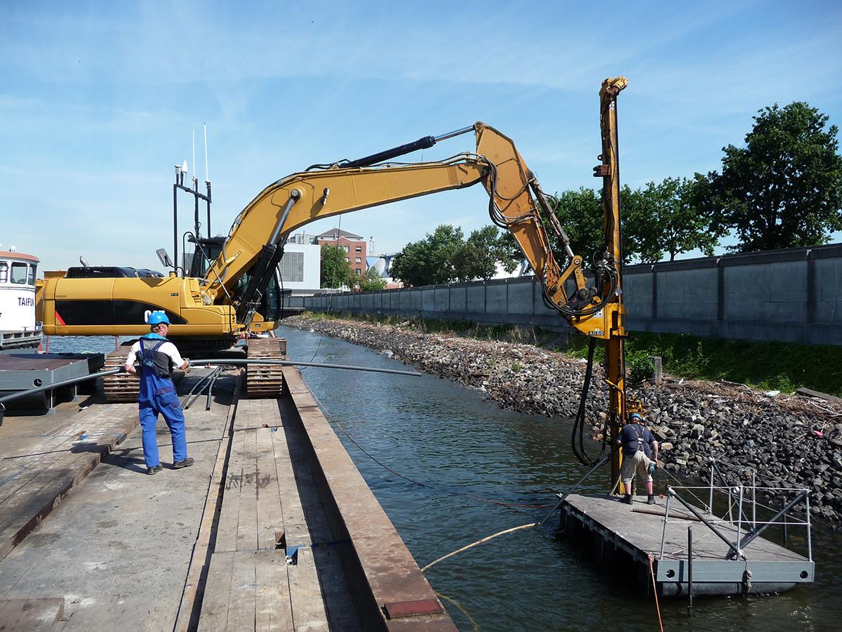 Mäklergestützte Bohrlochsondierungen in der Uferböschung mit Hilfsponton.