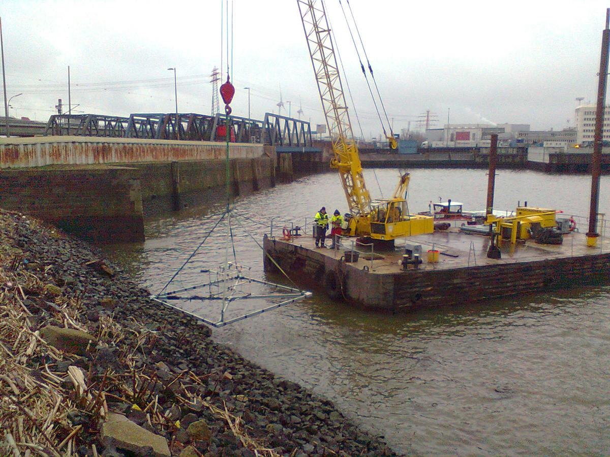 Pontongestützte, krangeführte elektromagnetische Großschleifensondierung der Uferböschung.