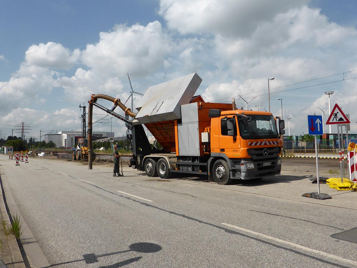 Vorschachten zur Leitungsfreilegung im Straßenbereich mittels Bodensauger.