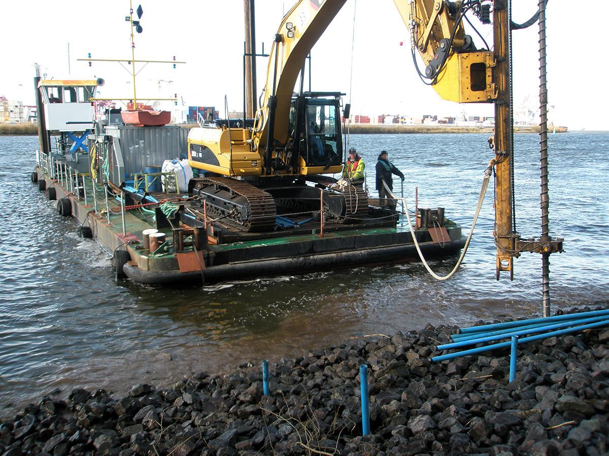 Mäklergestützte Bohrlochsondierungen in der Uferböschung entlang der Wasserwechselzone.