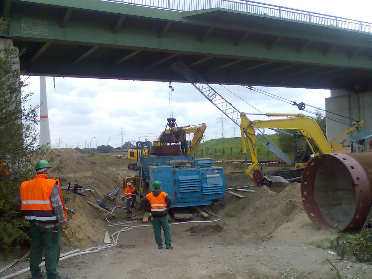 Großlochbohrung (Ø 2m) zur Anomaliebergung im Gleisbereich unter einer Straßenbrücke mittels Tauchereinsatz.