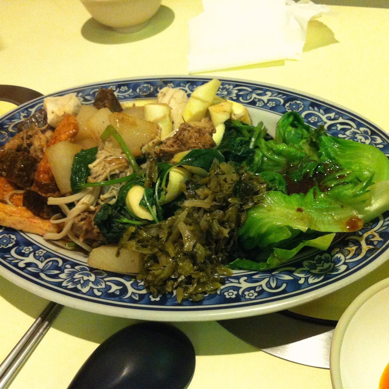 お気楽な「地域の食堂」という感じのしなびた菜食店も多く、安価で鍋物、麺類など色々なものが食べれて、お腹もいっぱいになる。