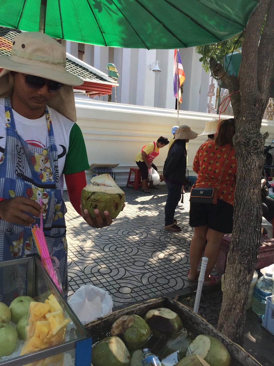 もちろん、ココナッツジュースはココナッツから飲みます。汁を飲んだ後は、スプーンの仕草をすれば果肉を食べるためのスプーンをくれます。