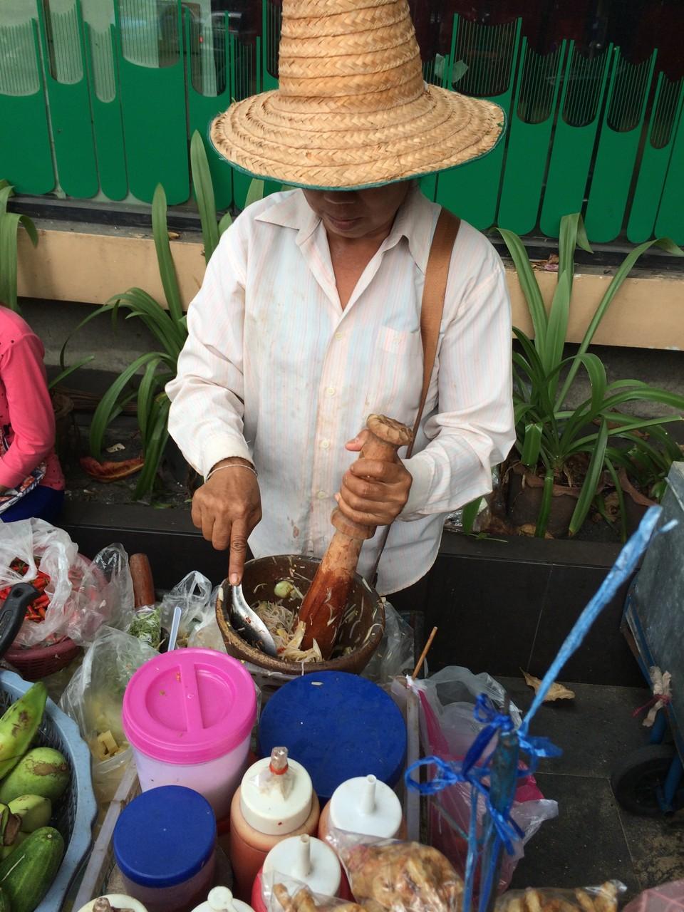 タイのすり鉢で野菜やハーブを潰しているおばちゃん。タイ料理はすり鉢で材料をガンガン潰して使うことが多い。美味しそうだったけど。ナンプラーとカニ入りでパス。
