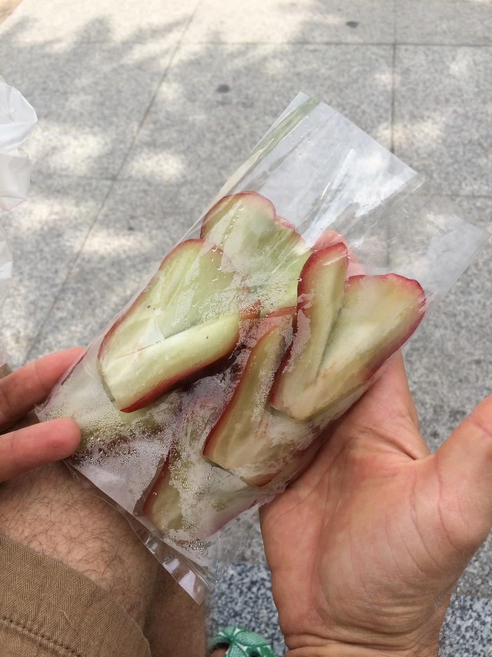 タイのりんご。外側に縦溝が入っている。味はあっさり。ジューシー。甘みは少ない。