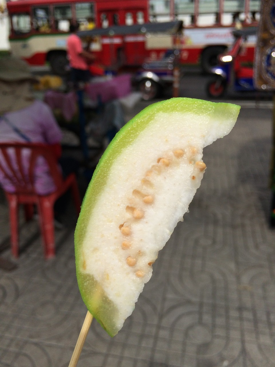 グアバ。初めて食べた〜。でもガムか何かでこんな味、食べたことある感覚。食感はガリガリ固めだけど、とても爽やかほのかな甘さで好き。