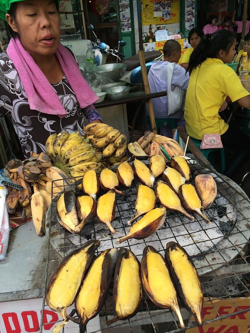 焼きバナナ。産毛がホワホワ付いている小ぶりのバナナ。味がびっくりするほどサツマイモと同じ!甘くておいしい。