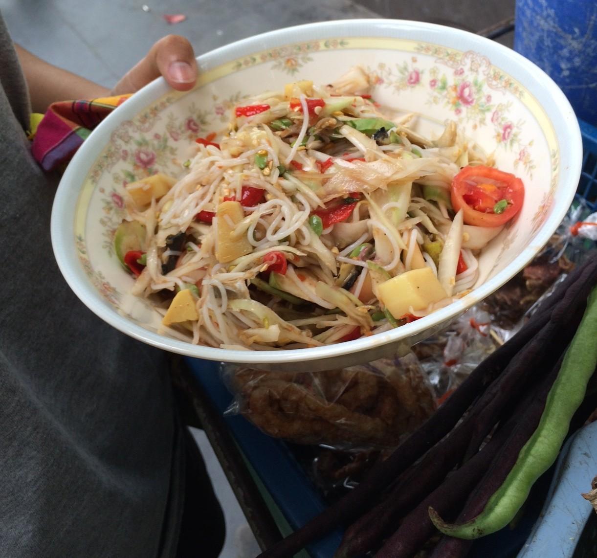 タイのすり鉢で野菜やハーブを潰しているおばちゃん。美味しそうだったけど。ナンプラーとカニ入りでパス。写真だけ。