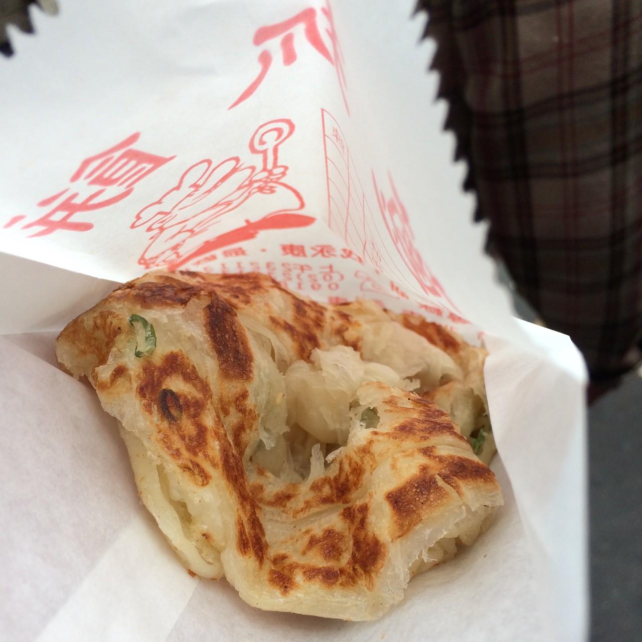 MRT「東門」駅の近くの永康街メインストリートにある、大人気のパンケーキ屋さん。パンケーキといっても、多分ネギが入っていて、ほのかに塩味の、小麦粉の味がなんとも素朴でも味わい深く、生地も糸上のストリングチーズみたいな感じで、とても美味しかった!やすいし〜!